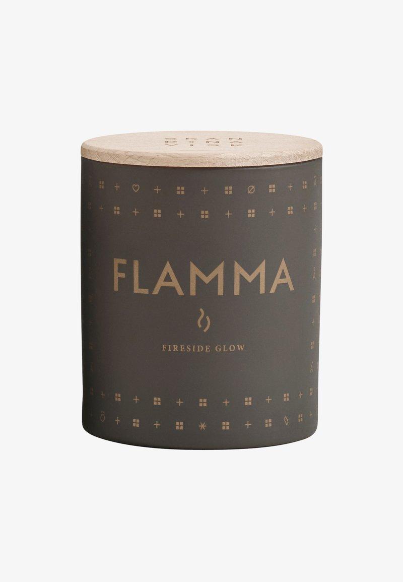 Skandinavisk - SCENTED CANDLE 190G - Duftlys - flamma ash