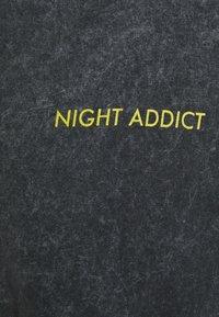 Night Addict - EARTH UNISEX - T-shirt med print - acid wash black - 2