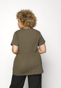 Missguided Plus - PLUS SMOCK - Print T-shirt - khaki - 2