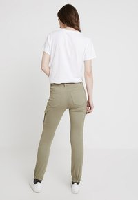 ONLY - Pantalones cargo - oil green - 2