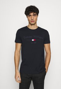 Tommy Hilfiger - ARCHIVE GRAPHIC TEE - Print T-shirt - desert sky - 0