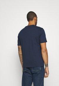 New Balance - ATHLETICS VARSITY TEE - Print T-shirt - dark blue - 2