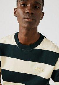 Lacoste - T-shirt imprimé - dunkelgrün / beige - 3