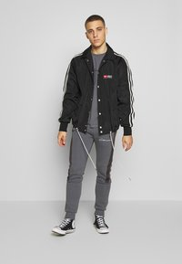 CLOSURE London - BAND STRIPE JOGGER - Tracksuit bottoms - grey - 1