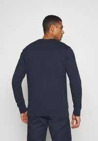 Jack & Jones - JJEBADGE CREW NECK  - Collegepaita - navy blazer/brick red - 2