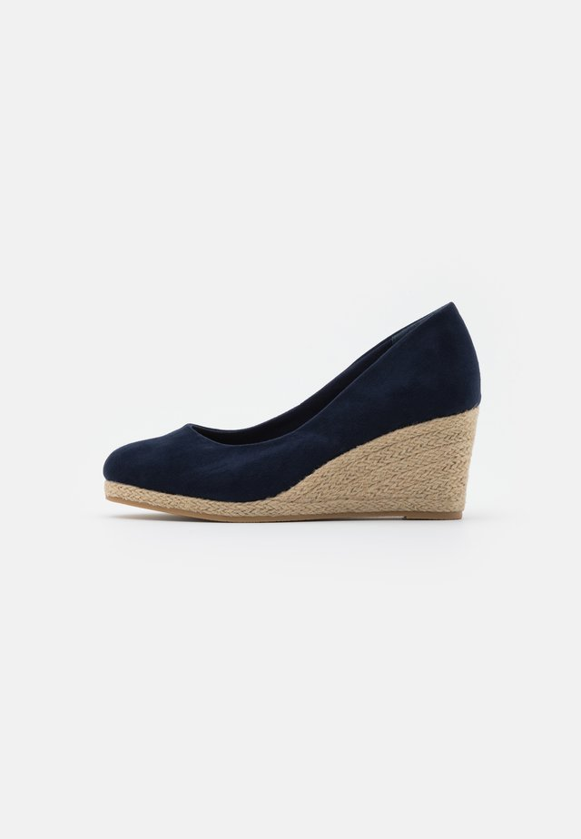 WIDE FIT WEDGE COURT SHOE - Wedge sandals - navy