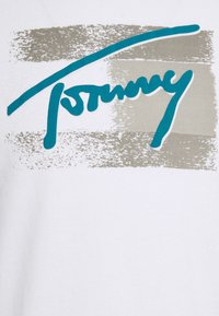 Tommy Jeans - FADED FLAG SCRIPT TEE UNISEX - T-shirt med print - white - 6