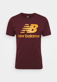 New Balance - ESSENTIALS STACKED LOGO TEE - Print T-shirt - red - 0