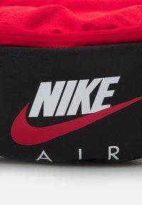Nike Sportswear - AIR HERITAGE - Gürteltasche - black/university red - 4