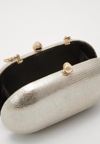 Dorothy Perkins - ROUNDED SNAKE BOX CLUTCH - Clutch - gold - 3