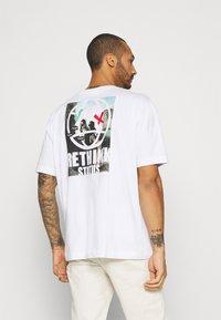 RETHINK Status - OVERSIZED UNISEX - T-shirt med print - white - 2