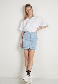 Tezenis - HOHEM BUND UND REISSVERSCHLUSS - Denim skirt - light jeans - 1