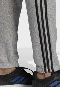 adidas Performance - ESSENTIALS FRENCH TERRY TAPERED 3-STREIFEN HOSE - Pantaloni sportivi - grey - 4