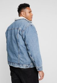 Levi's® Plus - BIG SHERPA TRUCKER - Jeansjakke - blue denim - 2