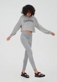 PULL&BEAR - Teplákové kalhoty - grey - 3