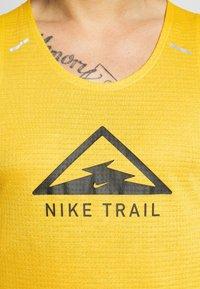 Nike Performance - RISE 365 TANK TRAIL - Camiseta de deporte - speed yellow/black - 5