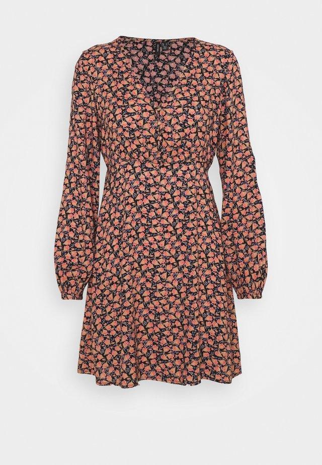 VMMILDA SHORT DRESS - Day dress - black/spieced coral