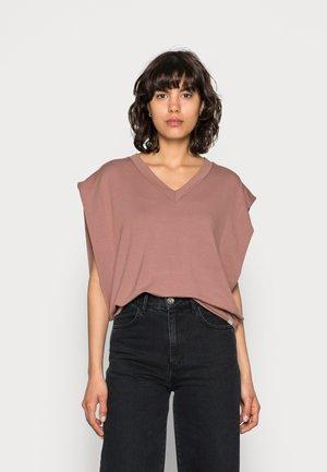 KIRA SLIPOVER - T-shirt basic - nutmeg
