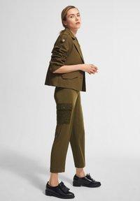 comma - MIT SPITZEN-DETAILS - Trousers - khaki - 1