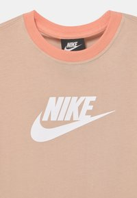 Nike Sportswear - Camiseta estampada - shimmer/apricot agate/white - 2