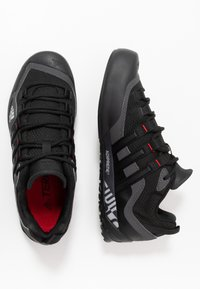 adidas Performance - TERREX SWIFT SOLO - Bergschoenen - grey six/core black/scarlet - 1