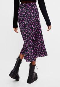 Bershka - MIT BLUMENPRINT - A-line skirt - black - 2