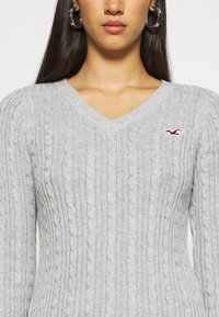 Hollister Co. - CABLE ICON VNECK - Trui - grey - 5