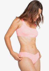 Billabong - SOL SEARCHER SCOOP  - Bikini top - acid pink - 0