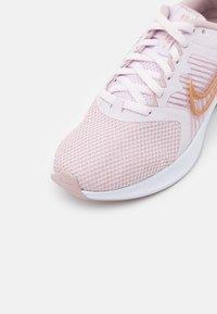 Nike Performance - DOWNSHIFTER 11 - Neutrale løbesko - light violet/metallic red bronze/champagne/white - 5