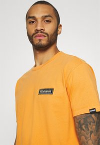 Napapijri The Tribe - PATCH UNISEX - Print T-shirt - yellow solar - 3