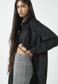PULL&BEAR - MIT NIETEN UND FRANSEN - Button-down blouse - mottled black - 3