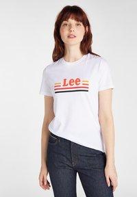 Lee - ESSENTIAL SLIM - T-shirt z nadrukiem - bright white - 0