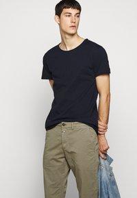 DRYKORN - KENDRICK - T-shirt - bas - navy - 4