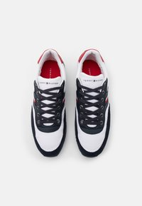 Tommy Hilfiger - ICONIC RUNNER - Sneakersy niskie - blue - 3