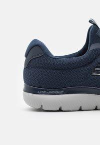 Skechers Wide Fit - SUMMITS - Sneakers basse - navy - 5