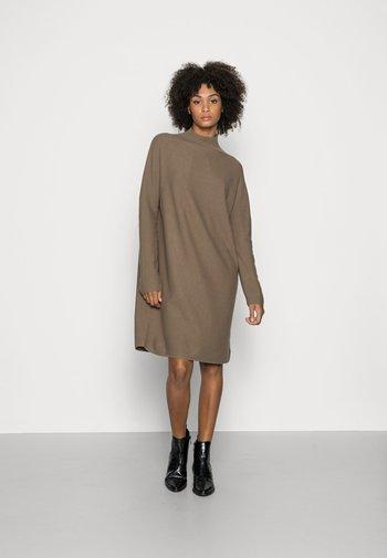 DRESS SHORTSLEEVE ROUND-NECK RICE CORN STRUCTURE - Stickad klänning - nutshell brown