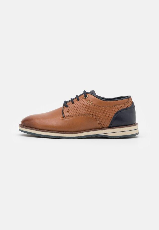 LEATHER - Sznurowane obuwie sportowe - cognac