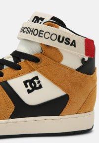 DC Shoes - PENSFORD - Sneakersy wysokie - wheat/black - 6