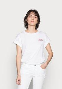 Rich & Royal - BOYFRIEND SHIRT - Camiseta estampada - white/red - 0