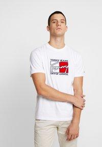 Tommy Jeans - FLAG SCRIPT TEE - Triko spotiskem - classic white - 0
