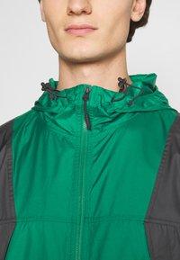 The North Face - LIGHT WINDSHELL JACKET - Tuulitakki - evergreen/black - 3