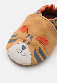 Robeez - AWESOME TIGER UNISEX - First shoes - camel - 5