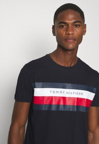 Tommy Hilfiger - STRIPE TEE - T-shirt z nadrukiem - blue - 4