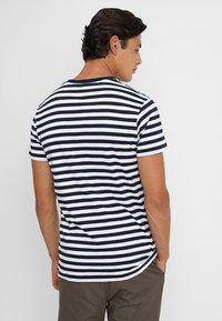 Mads Nørgaard - MIDI THOR - T-shirts print - navy/white - 2