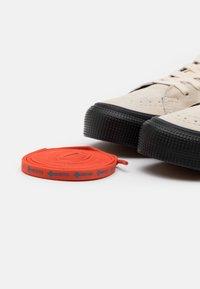 Vans - SK8 GORE-TEX UNISEX - Höga sneakers - turtledove/marshmallow - 5