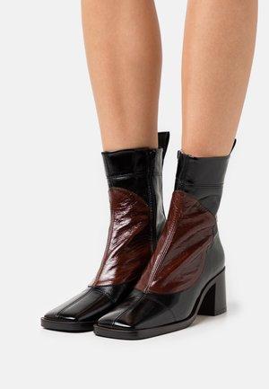 LARISA - Kotníkové boty - black sonic