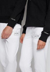 Calvin Klein - REFLECTIVE CHEST STRIPE HOODIE UNISEX - Sweatshirt - black - 4