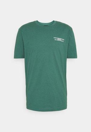 UNISEX OVERSIZED  - T-shirt med print - mallard green