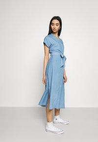 Vero Moda - VMSAGA LONG BELT DRESS - Denimové šaty - light blue denim - 3