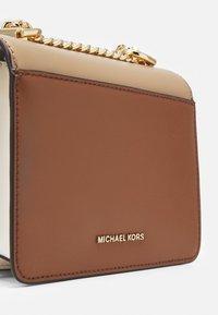 MICHAEL Michael Kors - JADE XS GUSSET CROSSBODY - Across body bag - camel/multi - 4